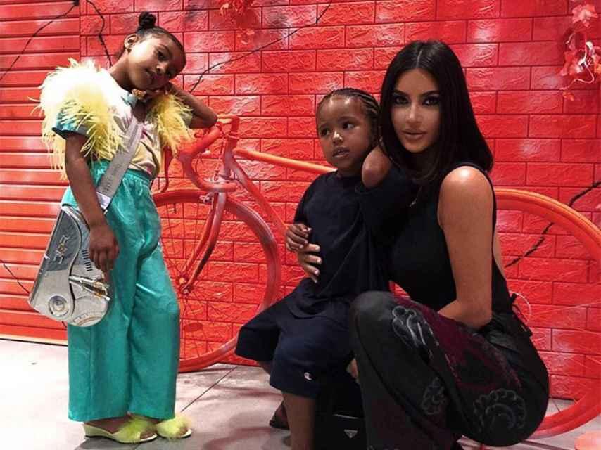 North West junto a su madre y su hermano, llevando bolso de Dior.