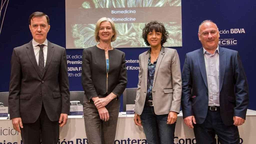 Las dos premiadas junto a Francis Mogica cuando recibieron el premio Fronteras del Conocimiento.
