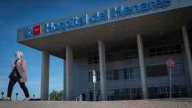 Una mujer abandona las instalaciones del Hospital del Henares,en Coslada. EFE/ Fernando Villar