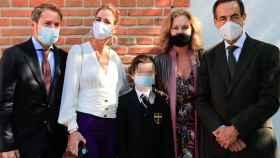 Amelia Bono junto a su marido y sus padres, en la Primera Comunión de su hijo Manu.