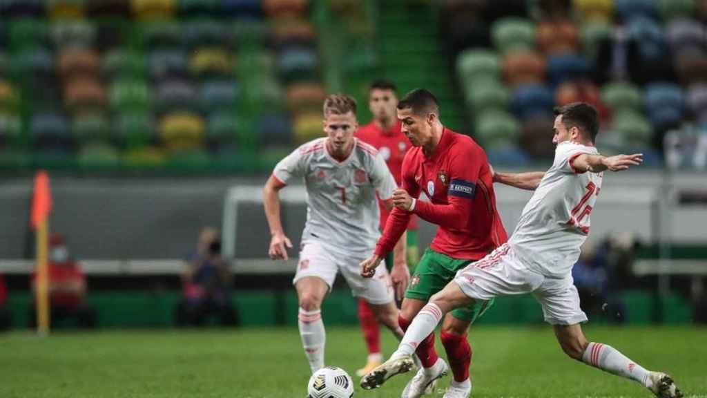 Cristiano Ronaldo ante Sergio Reguilón, en el amistoso entre Portugal y España
