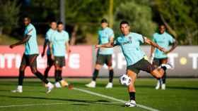 Cristiano Ronaldo realiza un disparo en el entrenamiento de la selección de fútbol de Portugal