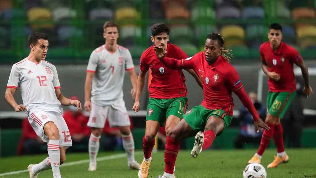 Los jugadores de Portugal y España pelean un balón