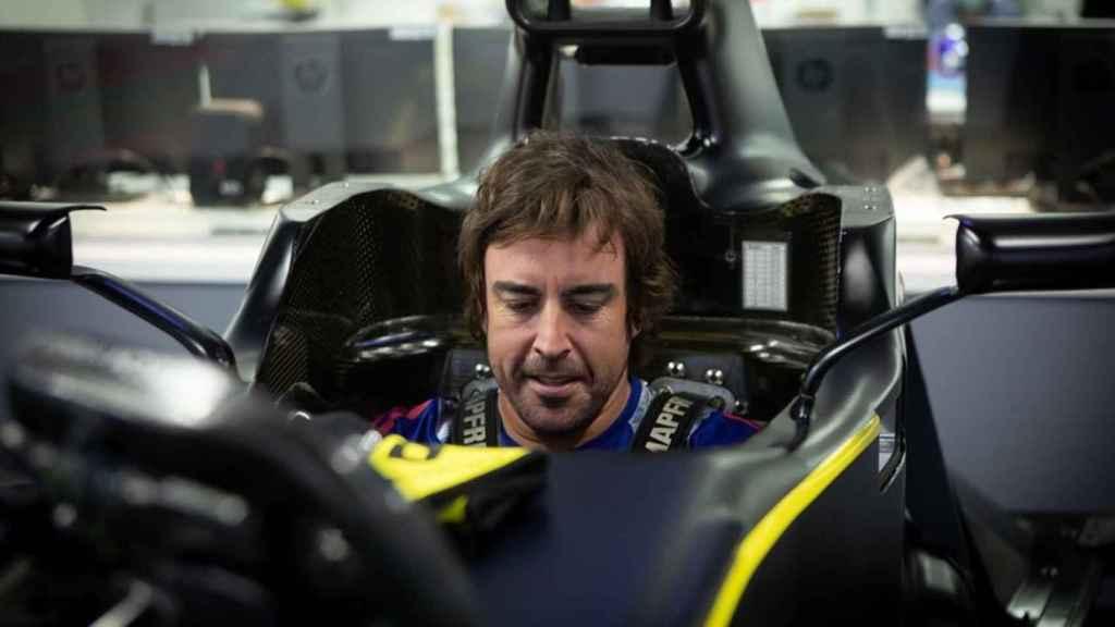 Fernando Alonso subido a un asiento de un Renault en la fábrica