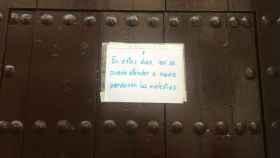 Cartel que se puede leer en la puerta del Convento de las Hermanas de la Cruz de Sevilla.