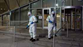 Operarios municipales realizan labores de desinfección en una calle de Ourense este miércoles.