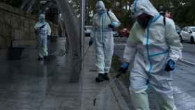 Un operario municipal realiza labores de desinfección en una calle de Orense.