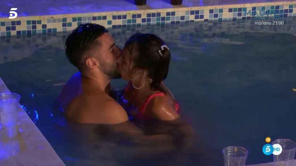 Marta besando a Dani en la piscina.