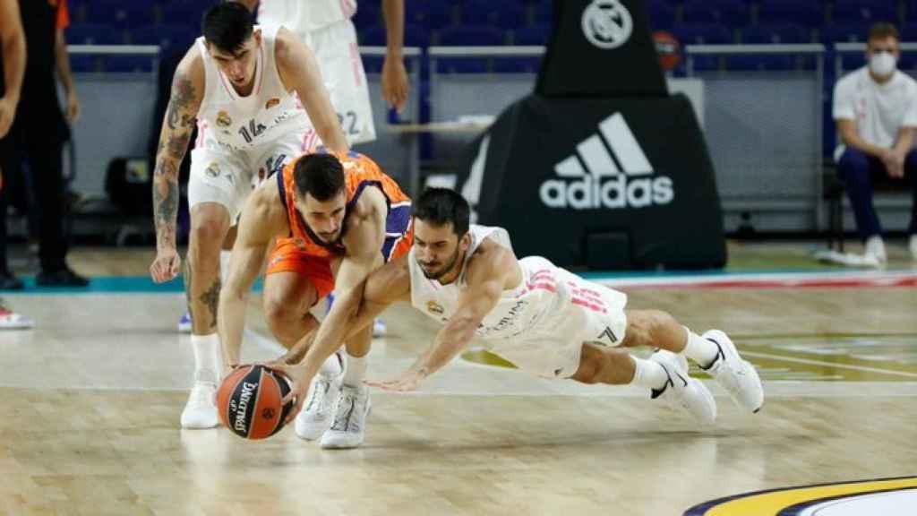 Campazzo peleando un balón con el Real Madrid de Baloncesto
