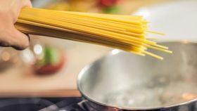 Un vídeo viral ha descubierto a muchos un método alternativo para escurrir la pasta.