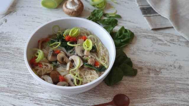 Ramen vegano de champiñones y fideos de arroz, una sopa otoñal reconfortante