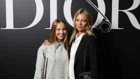 Kate Moss y su hija, Lili, en un desfile de Dior.