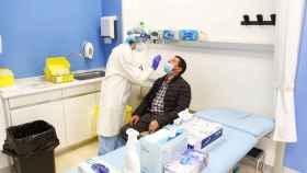 Un sanitario realiza una prueba PCR en un centro de salud de Osakidetza.