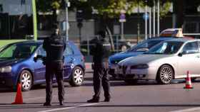 Dos agentes de la Policía Nacional durante un control policial en una calle de Móstoles.