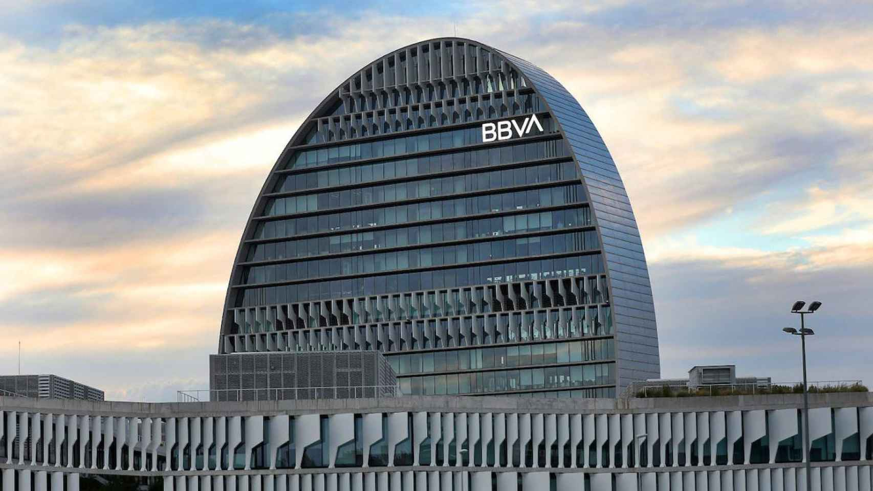 El atardecer desde la sede corporativa de BBVA en Madrid.
