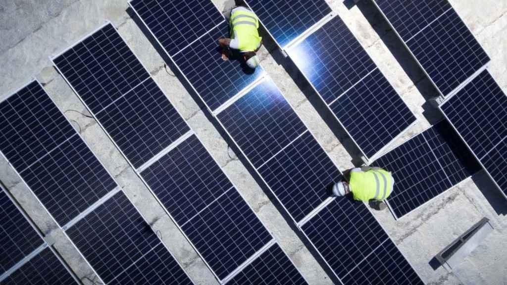 Unos operarios supervisan las instalaciones de un parque solar.