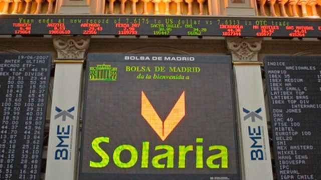 Una pantalla de cotización con el logotipo de Solaria en la Bolsa de Madrid.