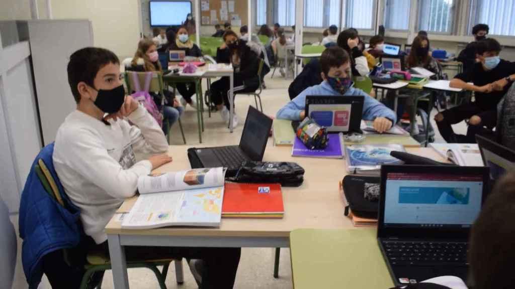 Alumnos en clase usando Chromebook