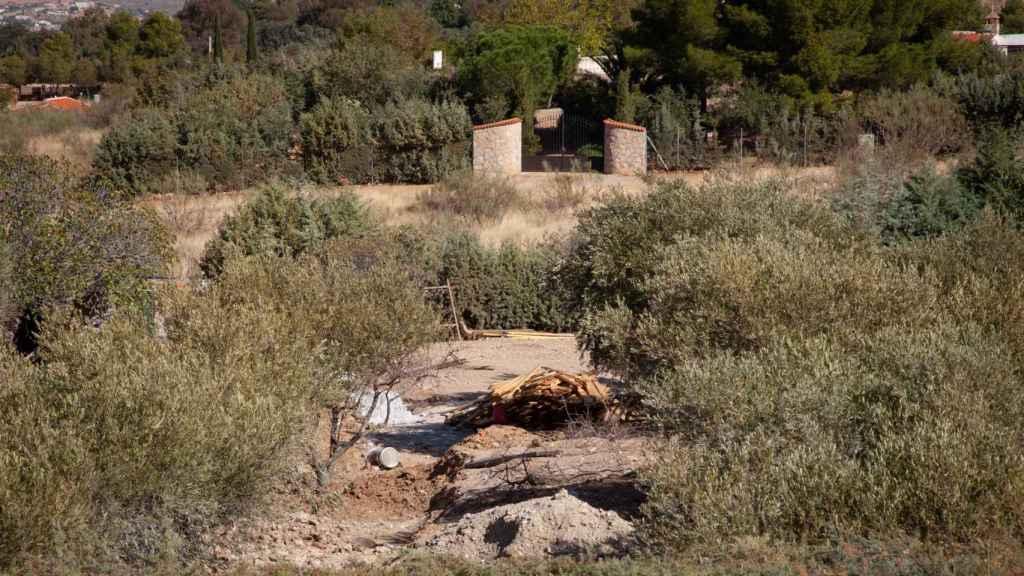 Parte de la tierra levantada para fabricar el búnker