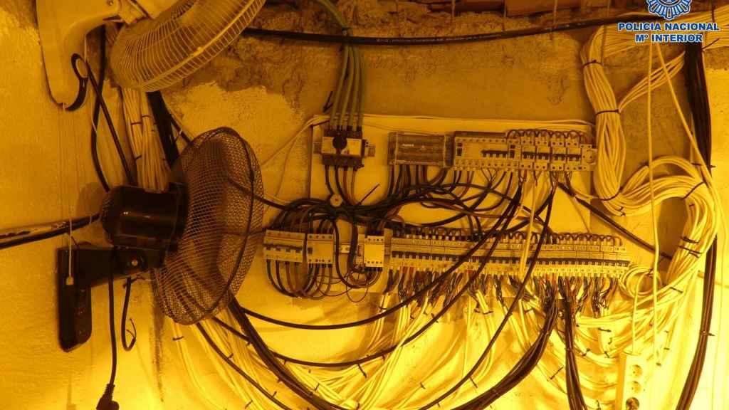 Imágenes del cuadro de luz establecido en el zulo.