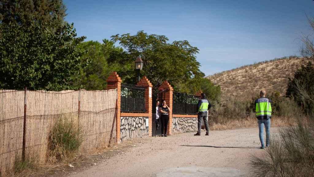 Las familiares hablan con la policía en la entrada a la casa.