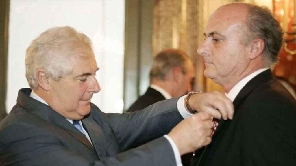 García-Castellón recibiendo del ministro francés de Justicia, Pascal Clément, la Legión de Honor, en 2006.