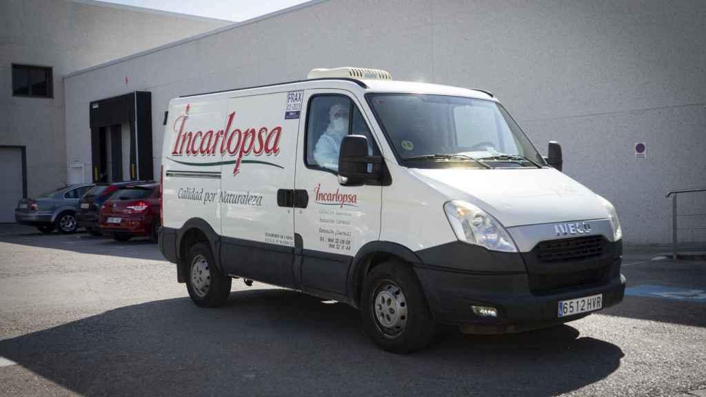Una furgoneta sale cargada con productos de Incarlopsa.