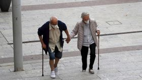 Un hombre y una mujer caminan por una calle de Alcobendas. EFE/Juan Carlos Hidalgo