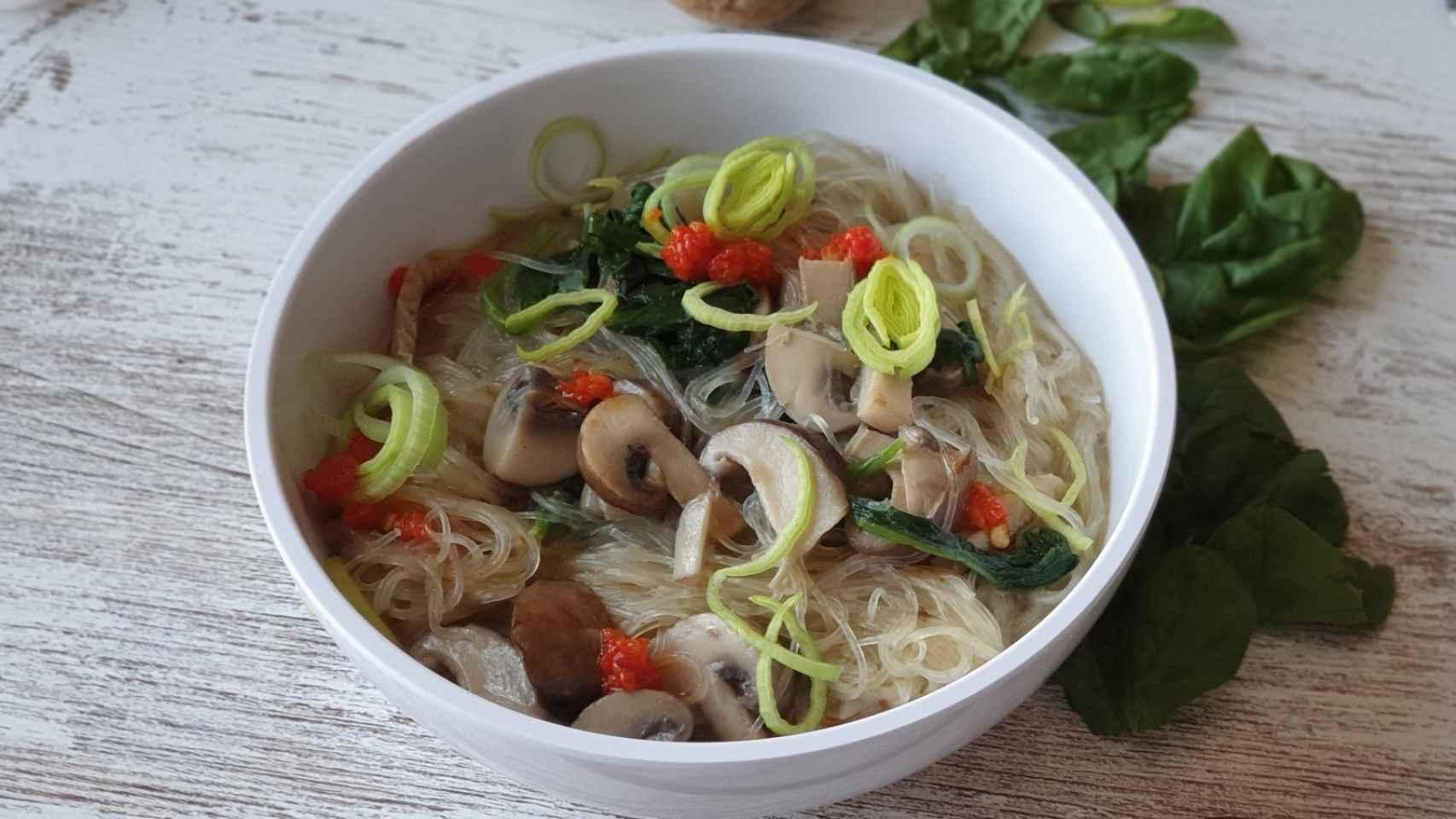 Ramen vegano de champiñones y fideos de arroz, una sopa reconfortante