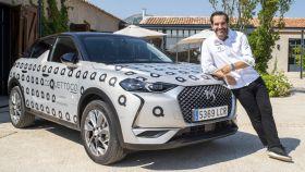 Mario Sandoval junto a su coche eléctrico, el DS 3 Crossback e-Tense, personalizado para CoquettoGo.