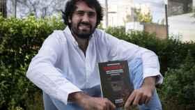 Daniel Ramírez García-Mina sujetando su nuevo libro, 'Salvoconducto-19'.