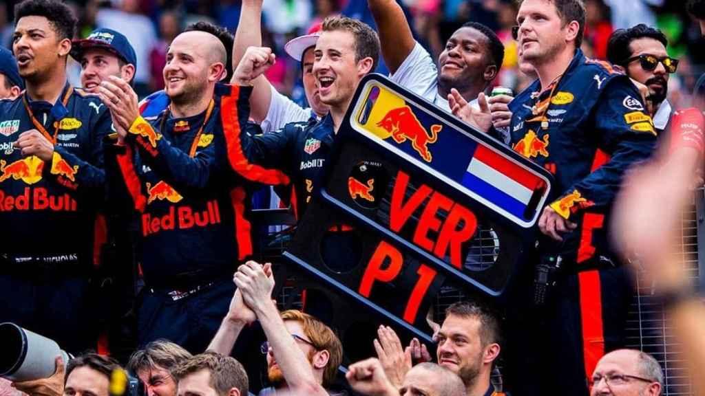 El equipo Red Bull celebra una victoria de Verstappen