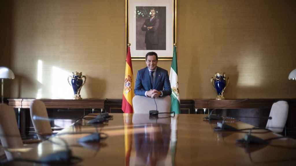 El presidente de la Junta de Andalucía, Juanma Moreno, en la sala del Consejo de Gobierno en San Telmo.