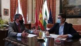 El alcalde de Sevilla, Juan Espadas, y el portavoz de Cs, Álvaro Pimentel.