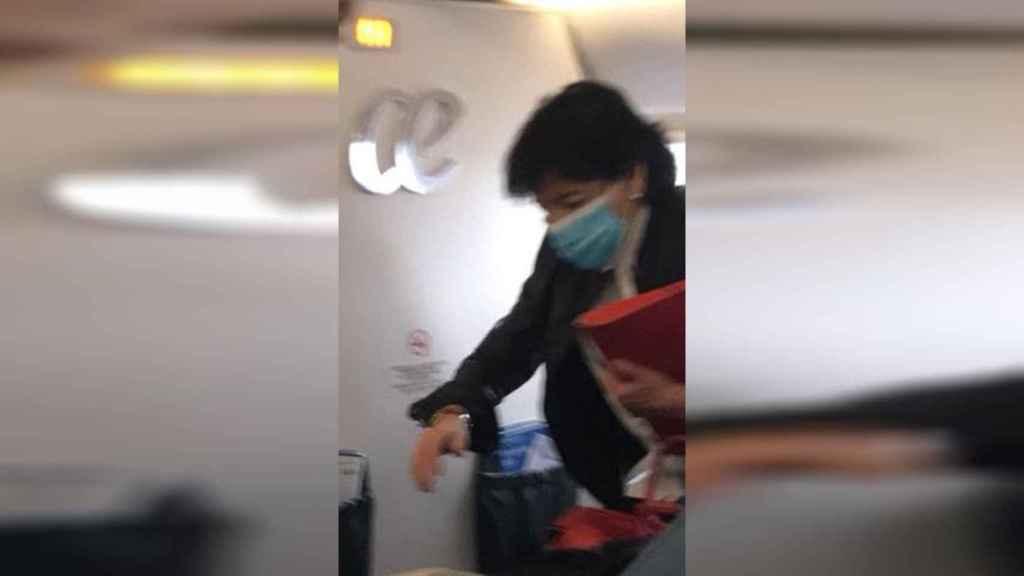 Isabel Celaá cogiendo un avión horas antes de que entrase en vigor el estado de alarma.