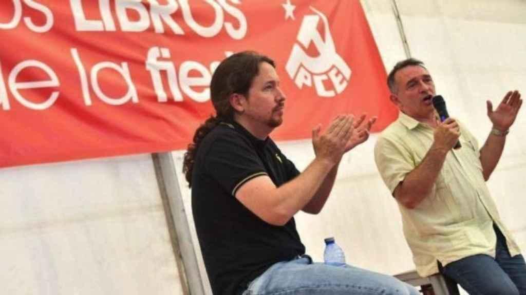 Pablo Iglesias aplaude al líder del PCE, Enrique Santiago, durante un acto político.