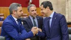 El consejero de Hacienda, Juan Bravo; el consejero de Presidencia, Elías Bendodo, y el presidente de la Junta de Andalucía, Juanma Moreno.