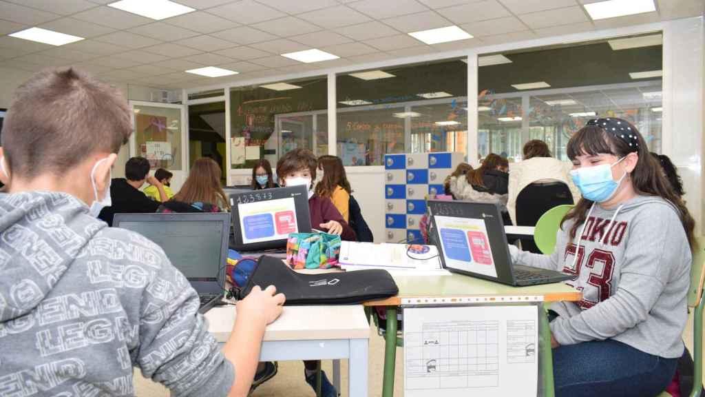 Alumnos trabajando con Chromebook