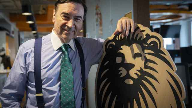 La corbata con nuestro león está disponible en cuatro colores