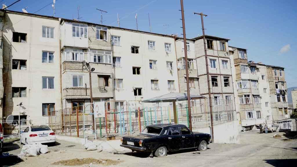 Vista de los daños causados en viviendas y automóviles por impacto de proyectiles, el viernes en Stepanakert.