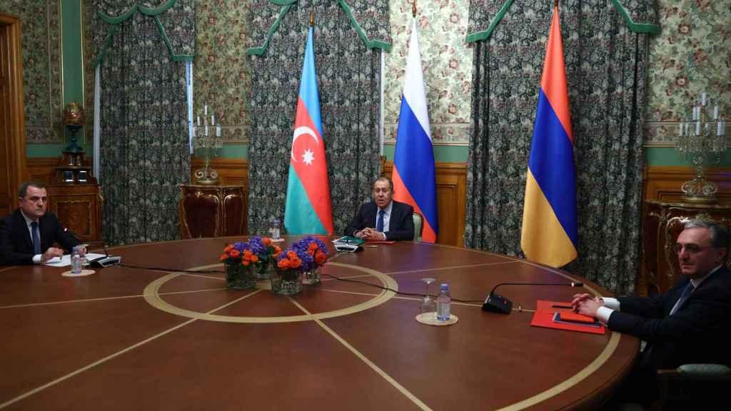 Reunión en Moscú para la firma del acuerdo de alto al fuego presidida por el ministro de Exteriores ruso Sergey Lavrov (centro). Izquierda, su homólogo azerí, Jeyhun Bayramov; derecha, el ministro armenio, Zohrab Mnatsakanián.
