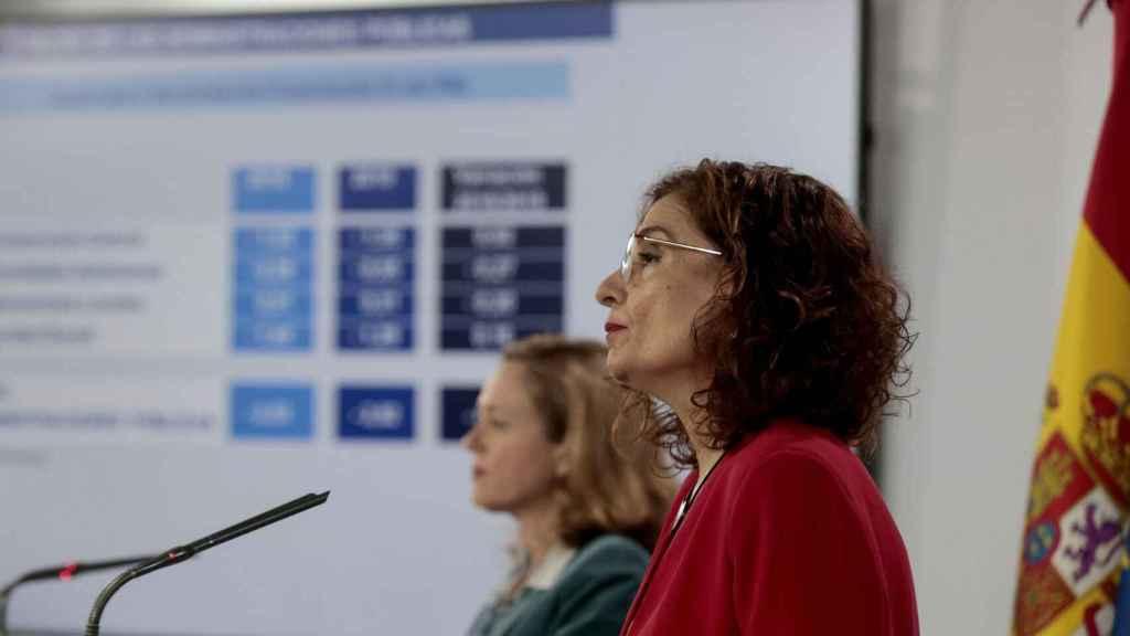 Nadia Calviño y Maria Jesús Montero, en la presentación de las nuevas previsiones económicas del Gobierno.