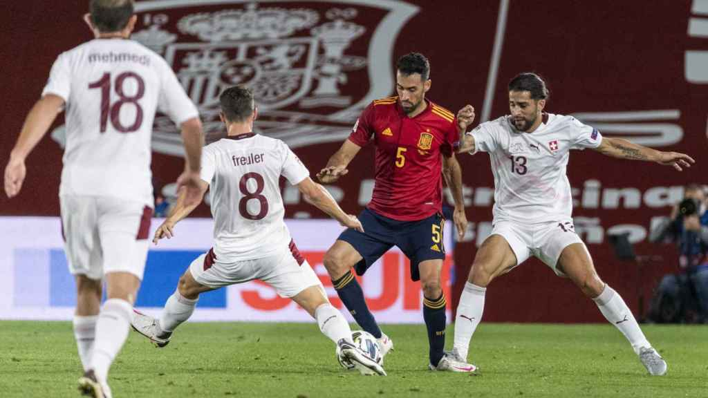 Busquets protegiendo el balón en el España-Suiza