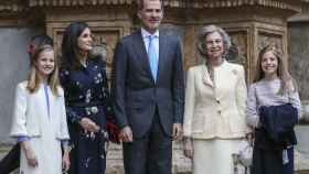 Los Reyes junto a sus hijas, Leonor y Sofía, y la reina emérita Sofía en Mallorca.