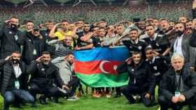 La plantilla del Qarabag saludando con un gesto militar