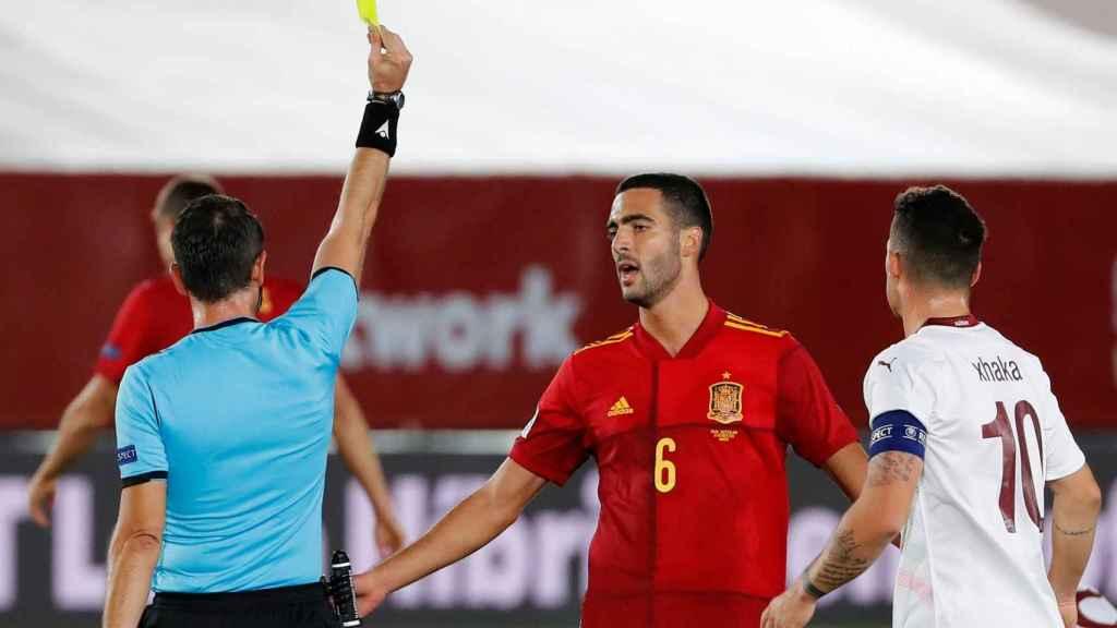 Mikel Merino recibe tarjeta amarilla en el España-Suiza