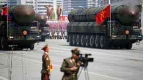 Exhibición de misiles intercontinentales Hwasong-15 durante un desfile militar de 2017 en Pyongyang.