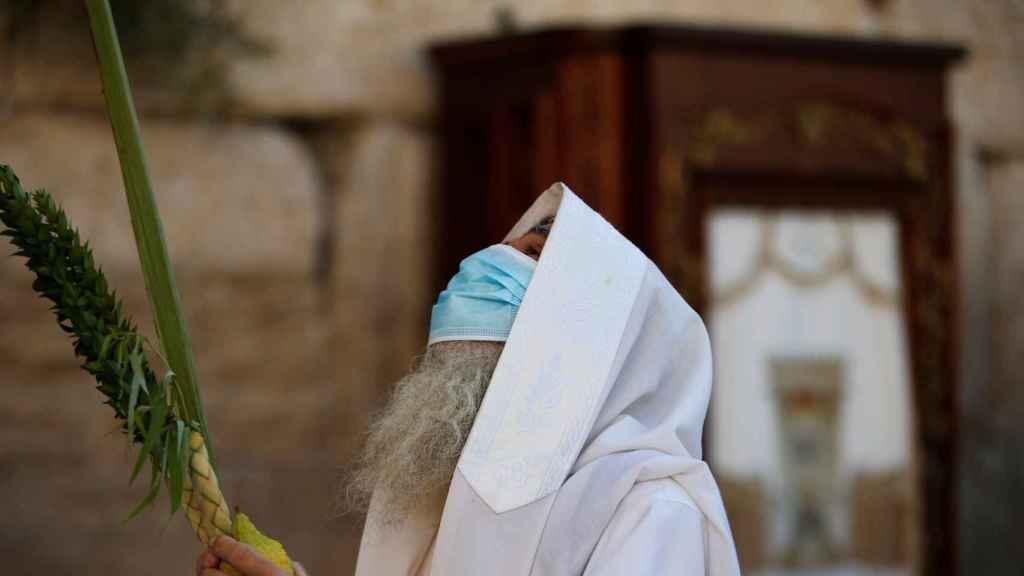 Un judío, con una máscara, en los rituales de la festividad de Sucot.