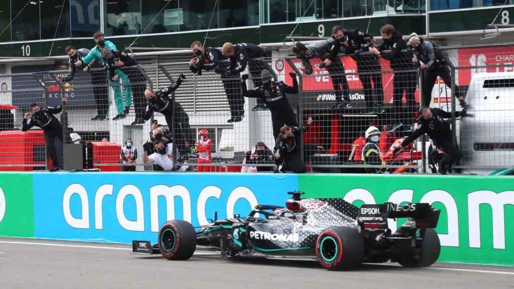 Lewis Hamilton entra en meta en el Gran Premio de Eifel de Fórmula 1