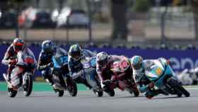 Jaume Masiá, al frente del grupo de cabeza en la carrera de Moto3 en el Gran Premio de Francia